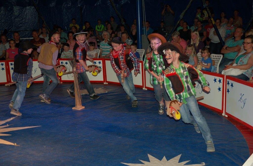 Steckenpferdreiten einmal anders: Die Cowboys holten das Lasso raus.